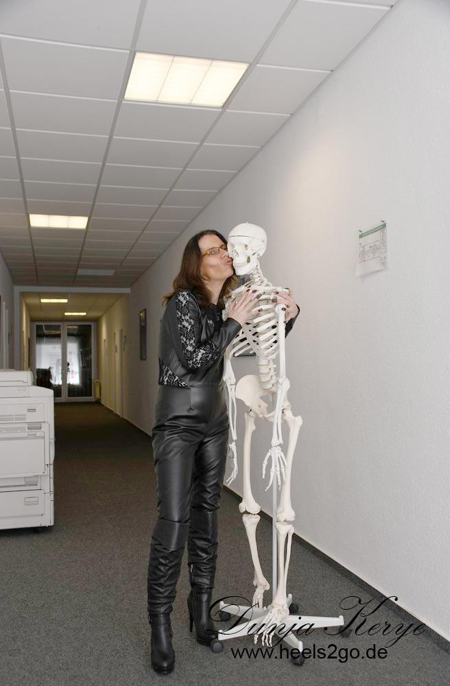 High Heels Stiefel Tanz mit dem Skelett