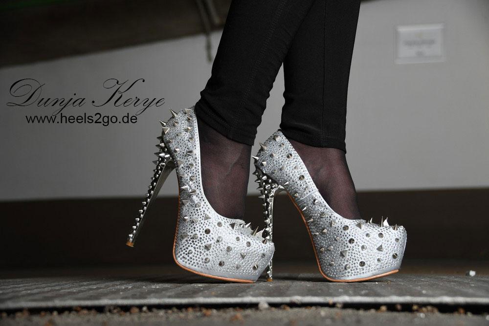 High Heels in der Tiefgarage